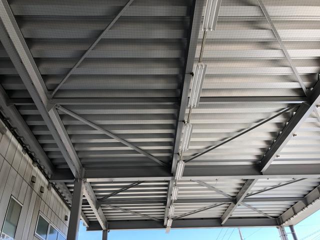 トラックヤード庇天井部 鳩対策ネット施工